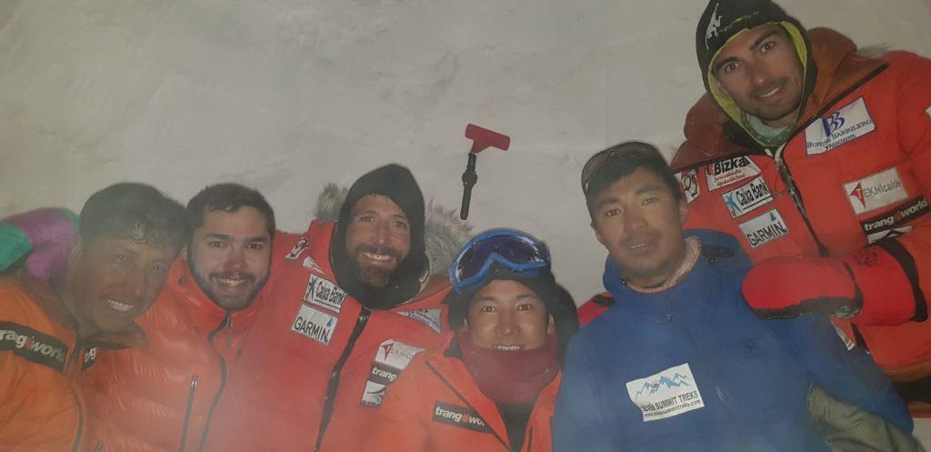 Alex wraz z ekipą wewnątrz igloo, źr. alpinistiemontagne.gazzetta.it