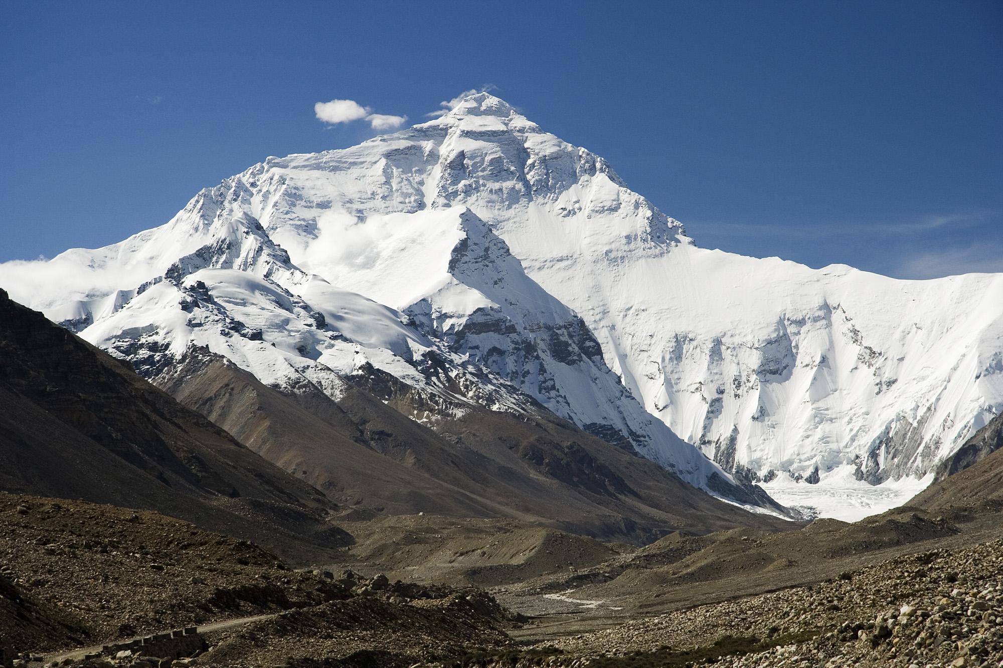 Chiny wytyczą linię na szczycie Everestu, aby powstrzymać rozprzestrzenianie się Covid-19