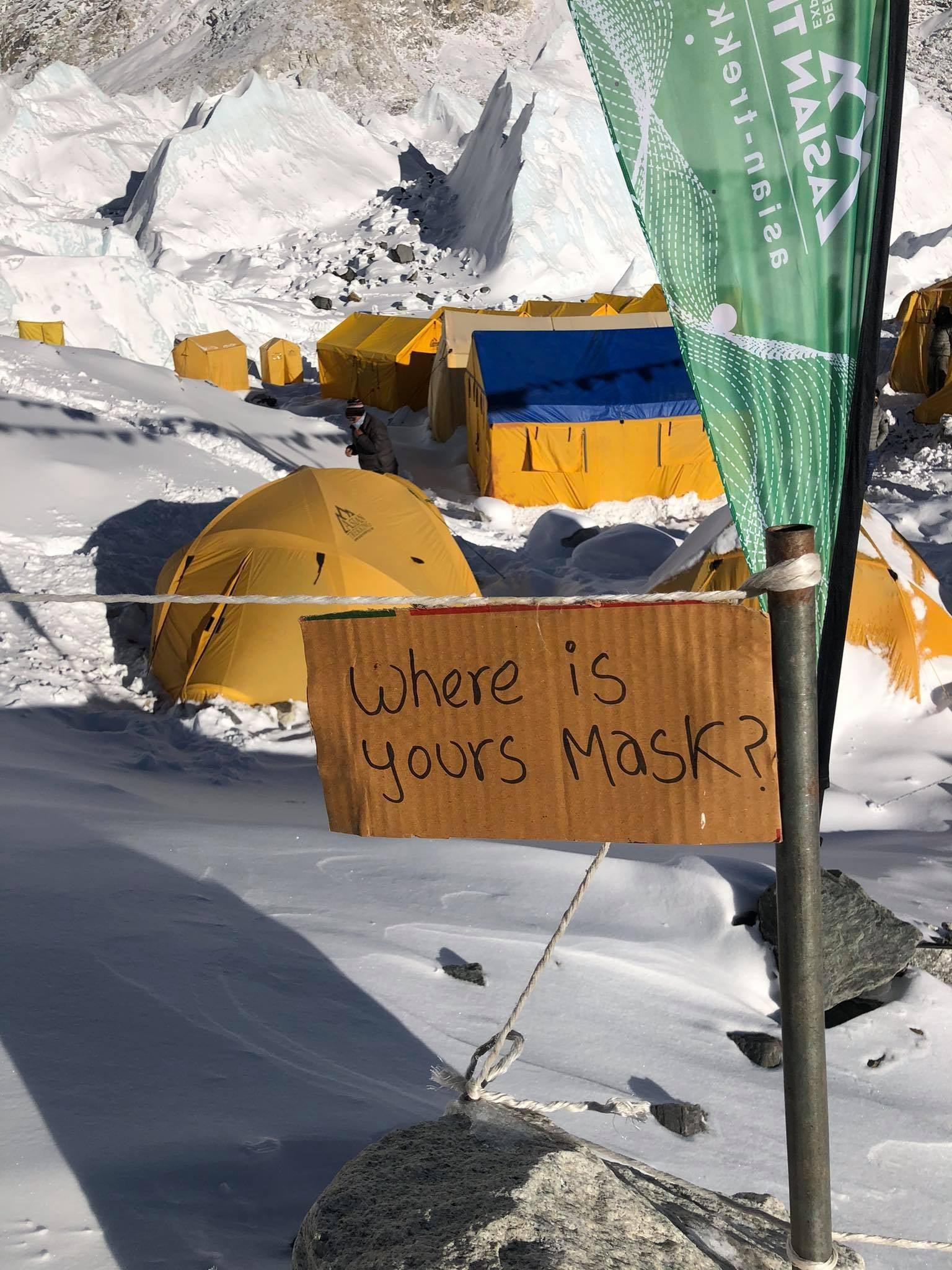 Nepal zaprzestaje podawania informacji o rozprzestrzenianiu się Covid-19 w bazie pod Mount Everestem, pomimo dotychczasowych ewakuacji spowodowanych zakażeniem koronawirusem